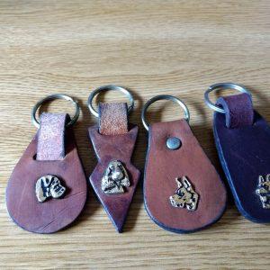 933 – Porta llaves con cabezas de distintas razas sobre cuero
